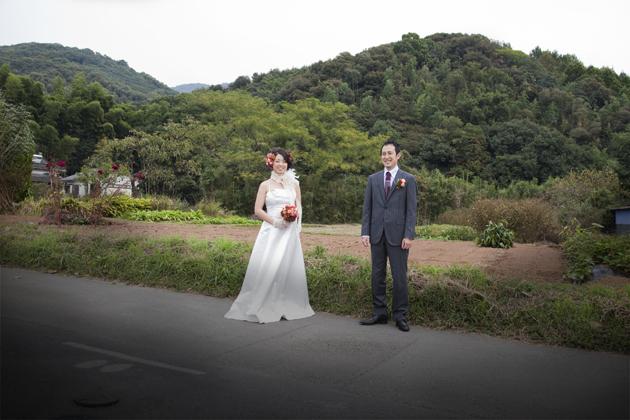 新郎の実家の東側の山をバックに記念写真