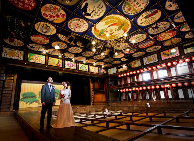 熊本県山鹿市 八千代座の中で新郎新婦の記念撮影