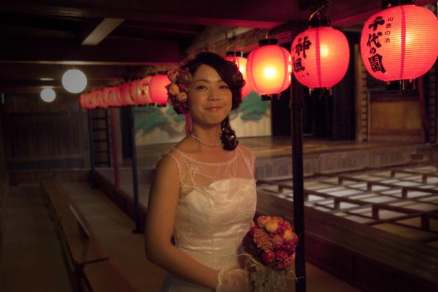八千代座の中 ウエディングドレス姿の花嫁