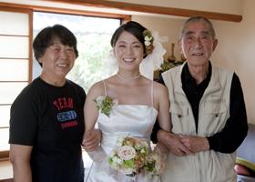 新婦とその両親 写真は山鹿市の実家のお部屋で撮影