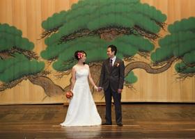八千代座のステージで新郎新婦を撮影