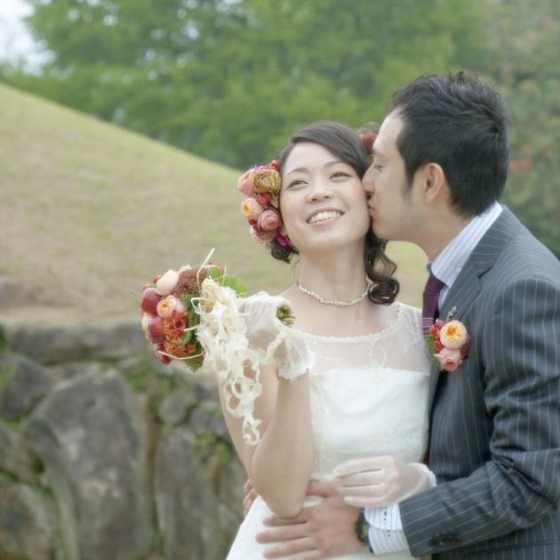 熊本県山鹿市 ロケ前撮り写真 オブサン古墳の公園で頬にキスする新郎