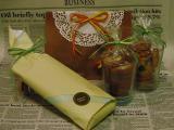 手前の包みは、紅茶3種類  後ろの袋は、バナナとくるみの黒糖仕立てのバターケーキ