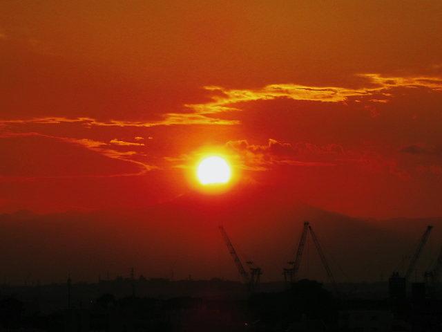 温かい色合いの夕日