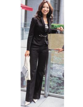 シルバーチェーンでこなれた印象の黒ジャケット&パンツ