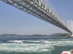 うずしお観測船から大鳴門橋うずしおの道