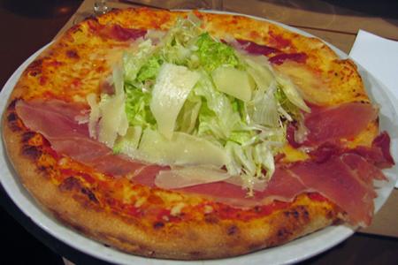 生ハムとハーブのピザ
