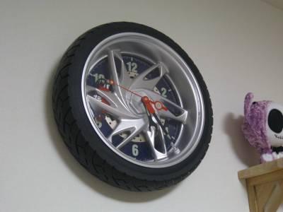 時計はなにげにバイクのタイヤですっ!