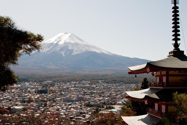中霊塔と富士山