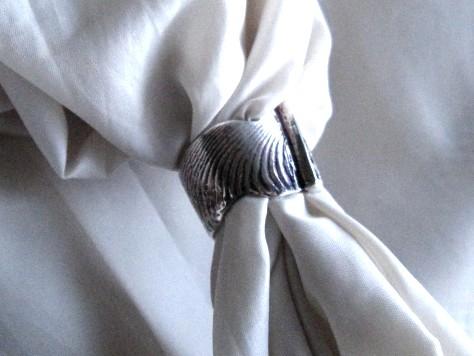 小さな石入り波模様のリング 024