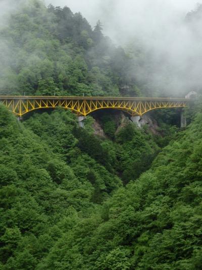 雁坂トンネル手前の黄色い橋を見る(埼玉側)