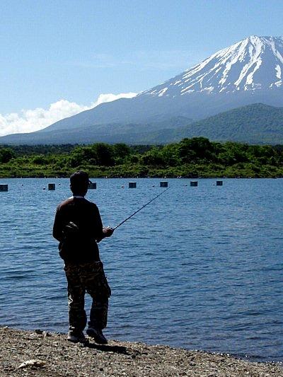 精進湖と富士と釣り人と