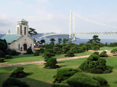 ホテルのチャペルと明石海峡大橋