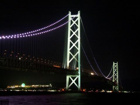 舞子公園から見上げる明石海峡大橋の夜景