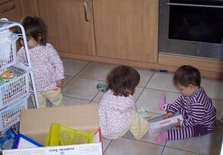キッチンを荒らす3人娘