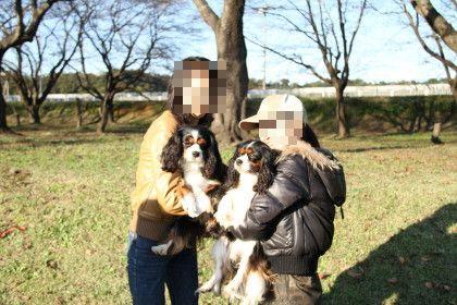 ビビ君とモモちゃんママさんに抱っこされて記念写真