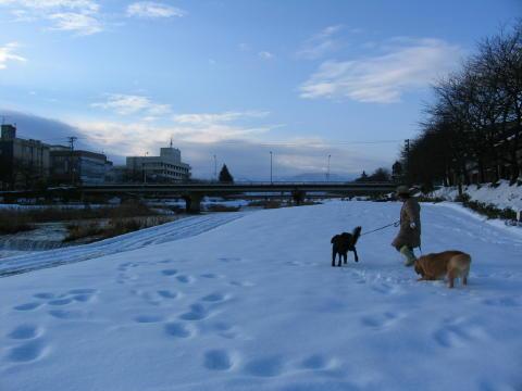河川敷で雪遊び~