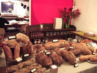 お洒落な店内のパン達