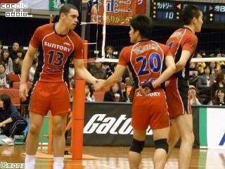 テオさんとヨネくんがっちり握手。