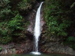 こんな滝。華厳の滝の1/5くらい?w