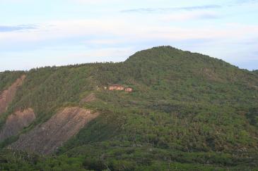 光小屋と光岳 from イザルガ岳