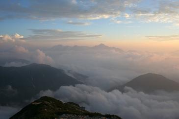 唐松岳より 雲海に剣浮かぶ。