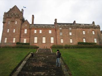 お城の前で