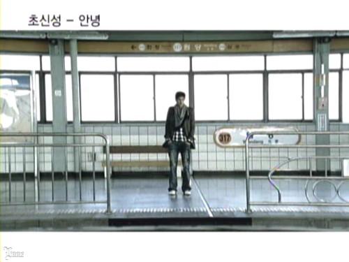 駅のホームにたたずむ彼