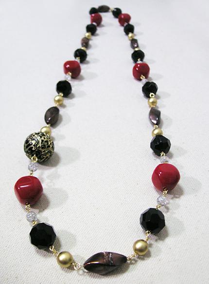 黒と赤の大玉ロングネックレス