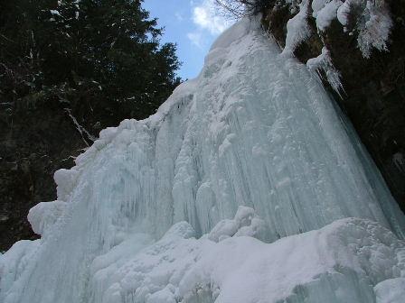 滝が凍るなんて。。