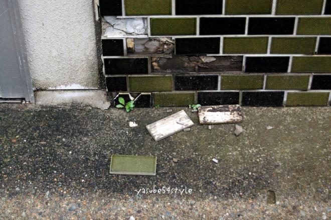 お店の外壁タイルもちょっぴり被害