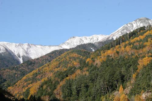 仙丈ケ岳から続くピークには雪