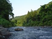 日が沈む川