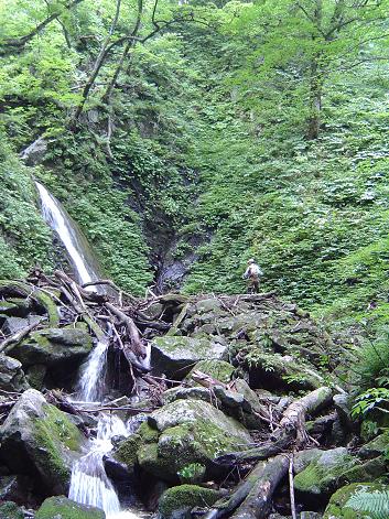 滝で釣るきょんさん