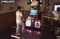 ジャグリングしながらダンレボを踊る男