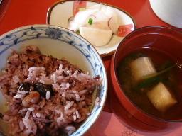 黒米と豆のご飯・麩とベビーリーフのお味噌汁・かぶらとラディッシュのお漬物
