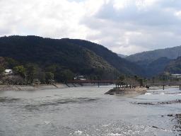 宇治川を望む