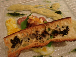 ヨコワのタルタルと温度玉子、岩津葱と松の実のクレーム、タプナード風味のバゲット添え