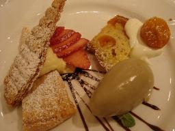 苺のミルフィーユ・黒糖のアイス・カルダモンの焼き菓子・金柑のコンポート