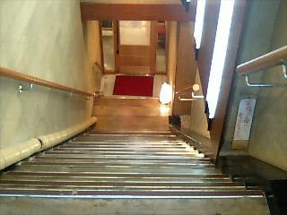 入り口の急な階段
