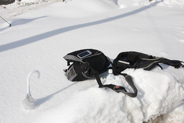 荷物をドサッと。 こんな風においてもそんなに濡れない雪なのですw