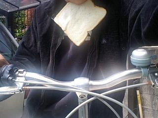 チャリ食パン