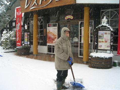 部長、雪かいてます