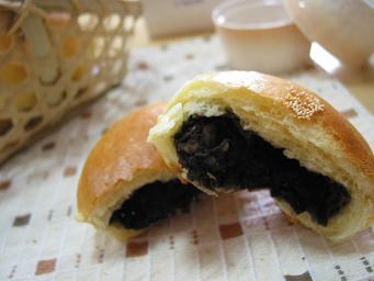 黒ゴマあんパン