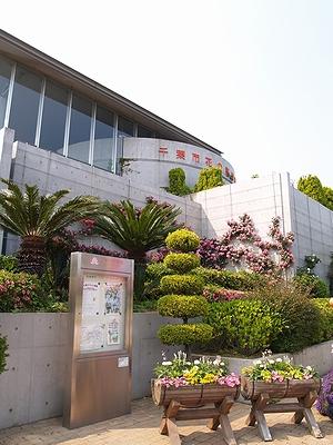 花の美術館前