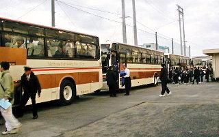 修学旅行のバス出発