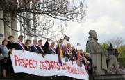 devant lassemblee nationale les deputes manifestent au 7 avril 2008