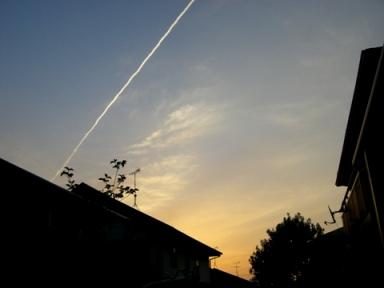 たそがれ飛行機雲