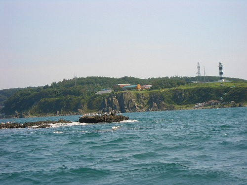 海底透視船から入道崎灯台を望む