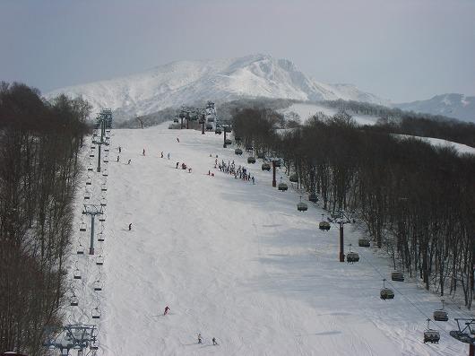 白く光る駒ケ岳とゲレンデ